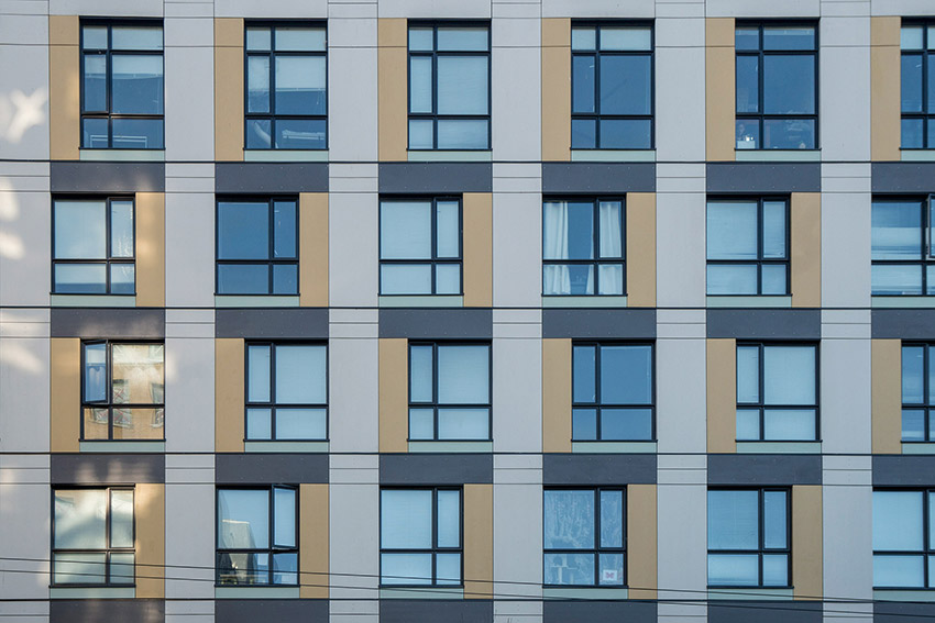 architectural pattern of windows of hastings street building in vancouver